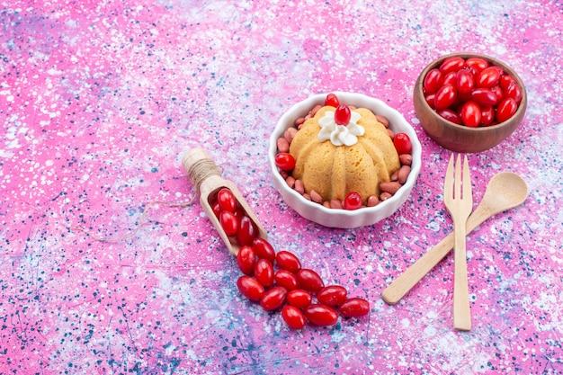 Вкусный простой торт со сливками и свежим арахисом вместе со свежим красным кизилом на ярком светлом столе, торт бисквитный сладкий орех