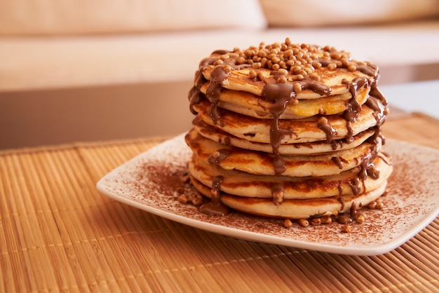 ピーナッツシロップ、ココア、トッピングのパンケーキのおいしいプレート