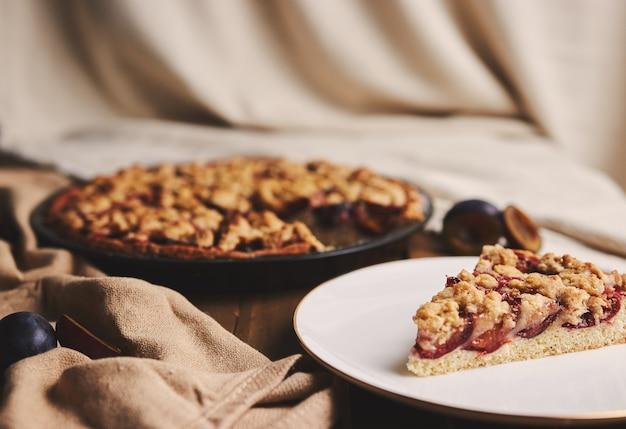 Chemexコーヒーと布で木製のテーブルに布で材料とおいしいプラムパイ
