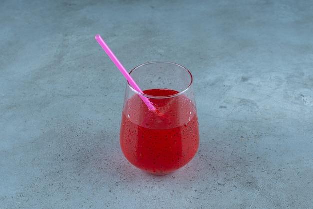 Вкусный гранатовый сок с семенами и соломой.