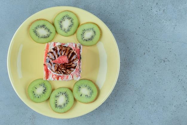 씨앗과 짚으로 맛있는 석류 주스.