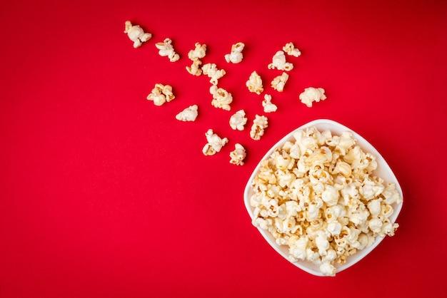 Вкусный попкорн на красном фоне
