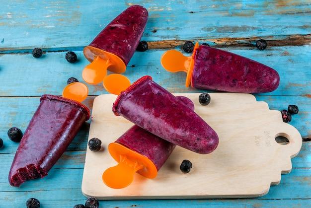 Вкусные фруктовое мороженое с черной смородиной