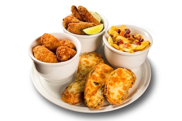 Вкусная порция жареной рыбы, жареной курицы, картофеля фри и сырной брункетты
