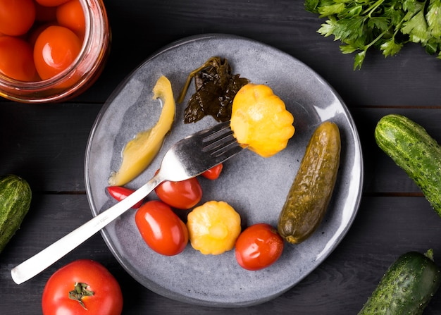 Deliziose conserve piatte di verdure conservate