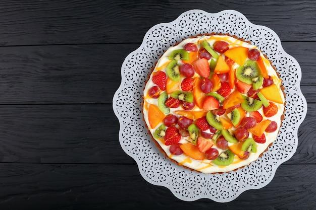 Вкусный тыквенный пирог со сливочным сыром, украшенный фруктами