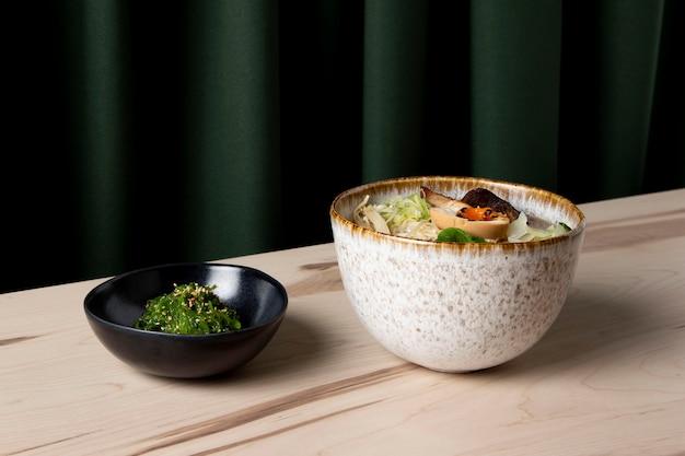 Вкусный рамен с концепцией салата из морских водорослей