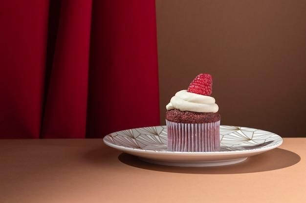 プレート上のおいしいラズベリーカップケーキ