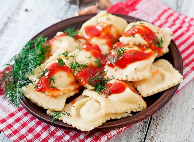 トマトソースとディルの美味しいラビオリ