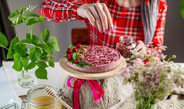 나무 딸기와 맛있는 생 무스 케이크