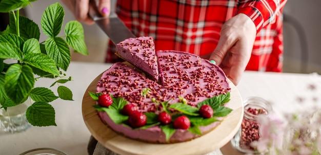 나무 딸기와 맛있는 생 무스 케이크 프리미엄 사진