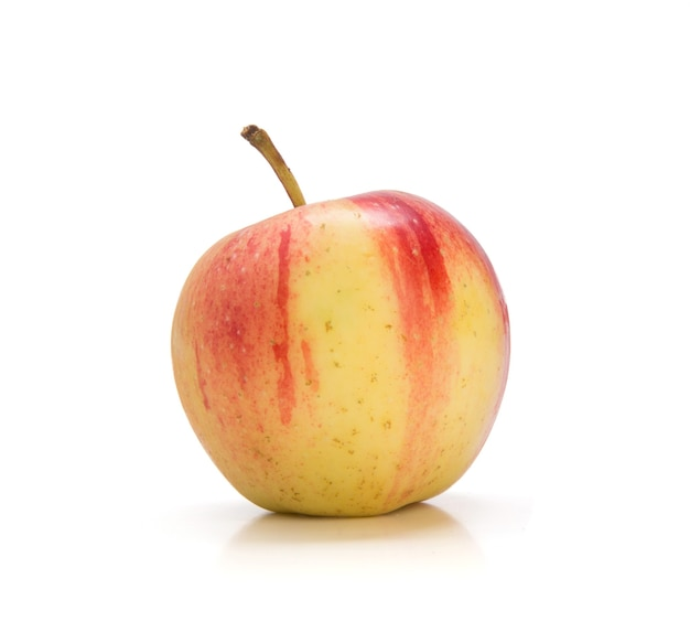 Вкусное красное и желтое яблоко на белой стене