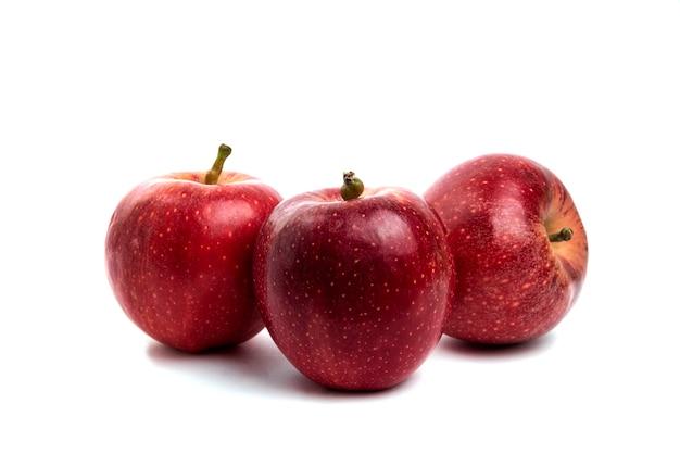 맛 있는 빨간 사과 흰색 절연입니다.