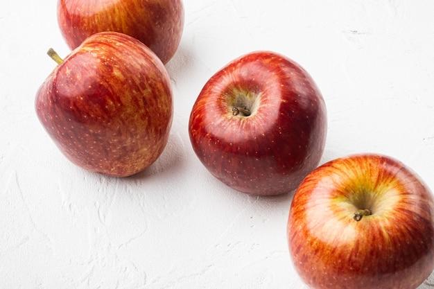 텍스트 복사 공간이 있는 흰색 돌 테이블 배경에 맛있는 빨간 사과 세트