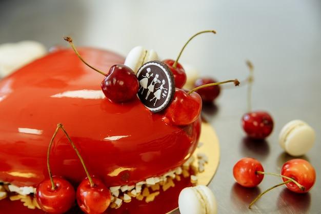 ハートの形をしたチェリーのおいしい赤いケーキ