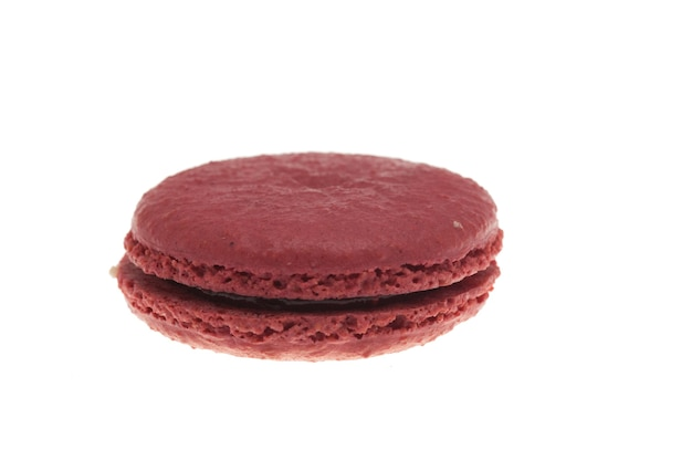 白い背景の上に分離されたおいしい赤いマカロン。フランスのデザート