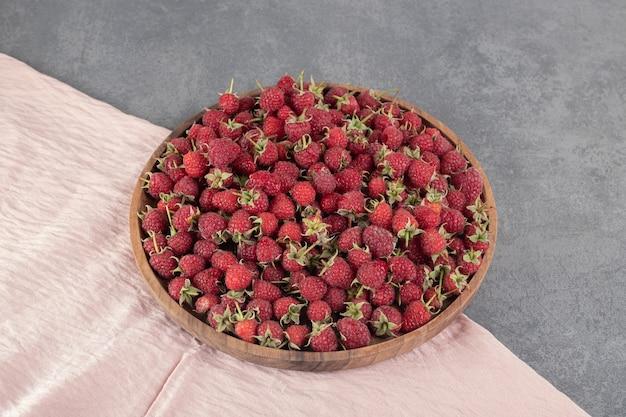 나무 접시에 맛 있는 빨간 나무 딸기. 고품질 사진