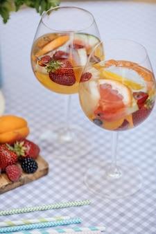 Вкусная красная сангрия с фруктами на столе