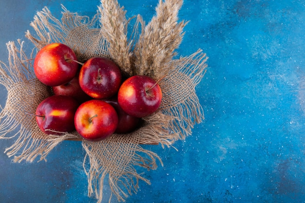 木製の箱に入れられたおいしい赤い光沢のあるリンゴ。