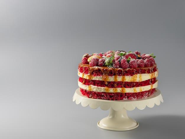 Вкусный красный бархатный торт на подставке