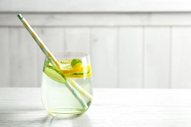 테이블에 유리에 오이 맛있는 상쾌한 물