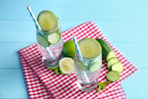 테이블에 안경에 민트와 오이 맛있는 상쾌한 물