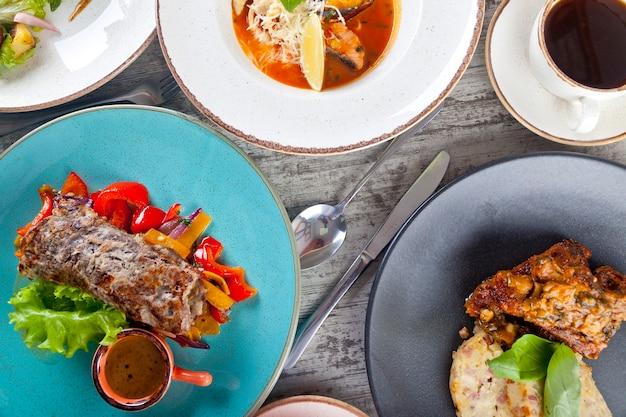 주방 용품 평면도가 있는 칠판에 있는 맛있는 레스토랑 요리