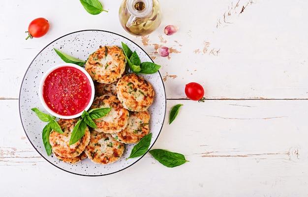 Вкусные котлеты из риса и куриного мяса с чесночно-томатным соусом