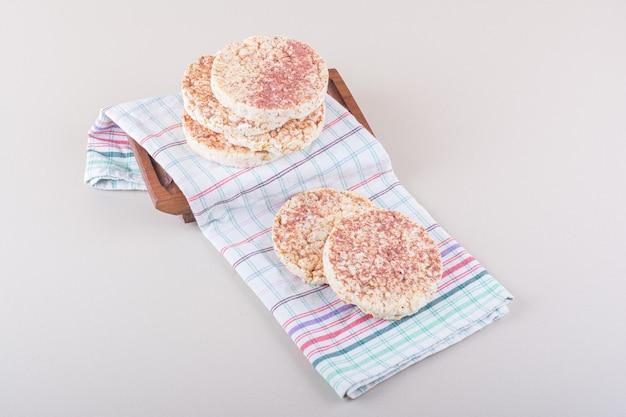 하얀 탁자 위에 식탁보를 올려놓은 맛있는 떡. 고품질 사진