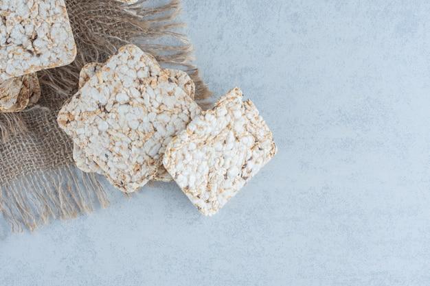 대리석에 맛있는 쌀 바삭한 취급.