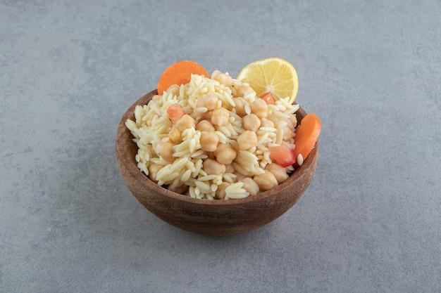 Вкусный рис с нутом в деревянной миске.