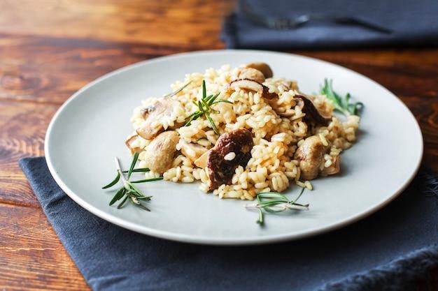 Вкусный рис с грибами и зеленым розмарином, ризотто