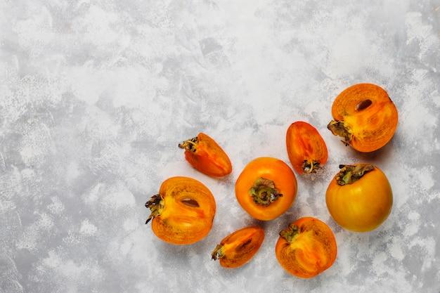 Вкусные спелые плоды хурмы на бетоне