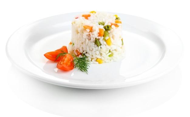Вкусное ризотто с овощами, изолированные на белом