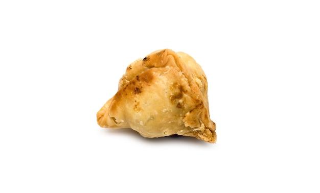 격리된 흰색 배경에 맛있는 구운 사모사