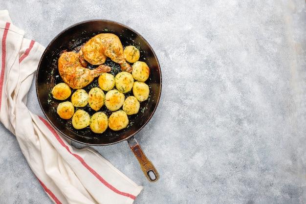 Вкусный жареный молодой картофель с укропом и курицей, вид сверху