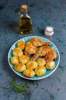 딜과 닭고기, 평면도와 맛있는 구운 젊은 감자