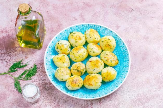 딜으로 맛있는 구운 된 젊은 감자
