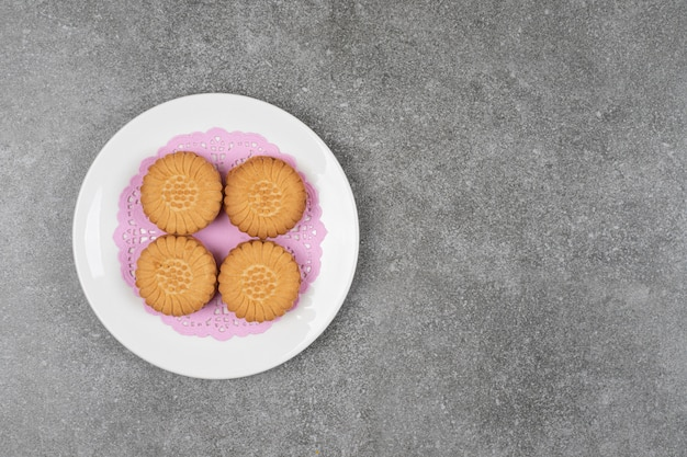 Deliziosi biscotti rotondi sulla zolla bianca