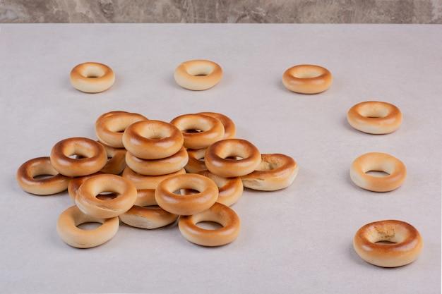 白い背景の上のおいしい丸いクッキー。高品質の写真