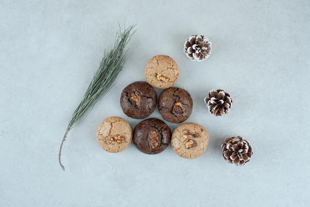 Deliziosi biscotti rotondi con pigne di natale.