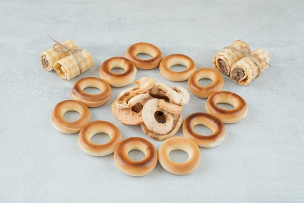 Вкусное круглое печенье с сухофруктами на белом фоне. фото высокого качества