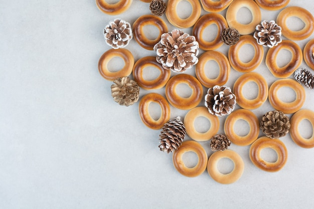 흰색 바탕에 pinecones와 맛있는 라운드 쿠키. 고품질 사진