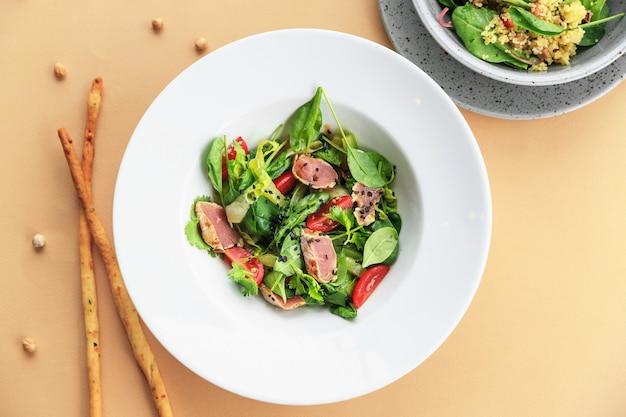 Вкусный салат фон крупным планом на цветном фоне
