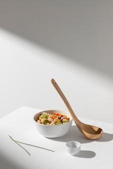 맛있는 샐러드 콩과 숟가락 복사 공간