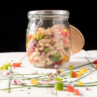 黒の背景に瓶の正面図でおいしいサラダ豆