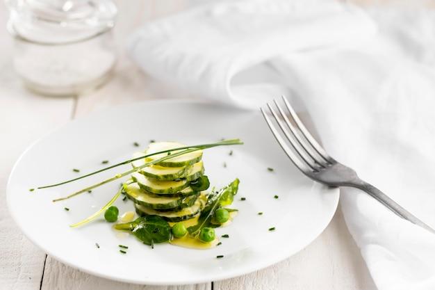 Вкусный салат на белой тарелке