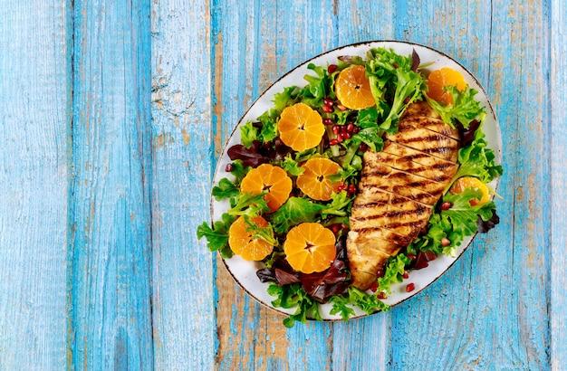 Вкусный салат с жареной индейкой и мандарином