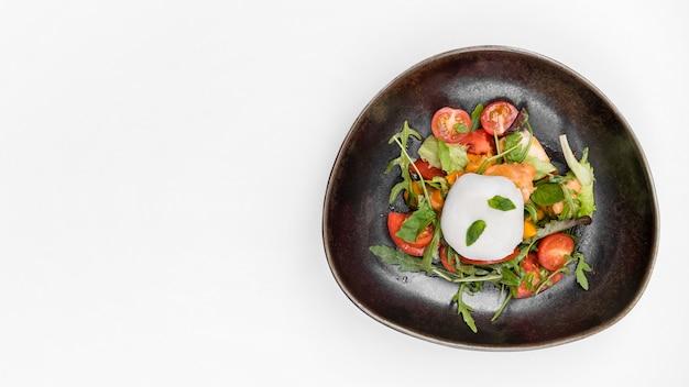 Вкусный салат с помидорами копией пространства