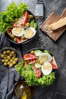 Deliziose insalate pronte per essere servite